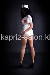 Массажистка в форме медсестры.
